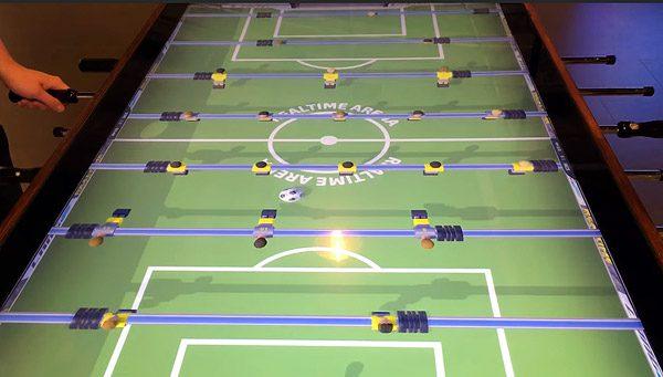 Deze digitale voetbaltafel heeft een 4K-scherm