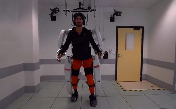 Dankzij elektroden op de hersenen kan deze verlamde patiënt weer lopen