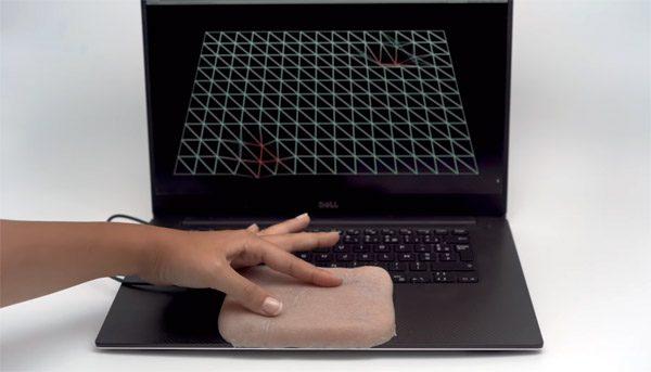 Onderzoekers besturen smartphone en laptop via kunstmatige huid