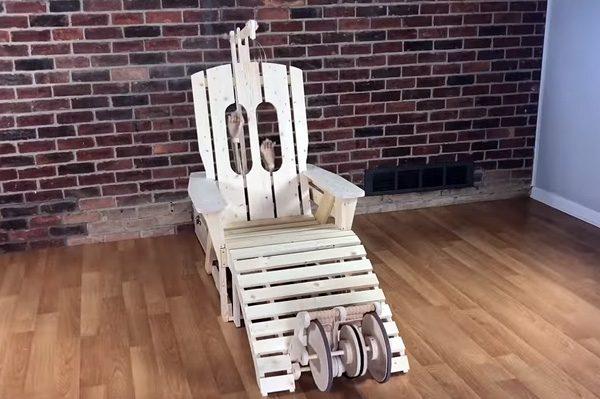 Deze stoel geeft je een mechanische hoofd-, rug- en voetmassage