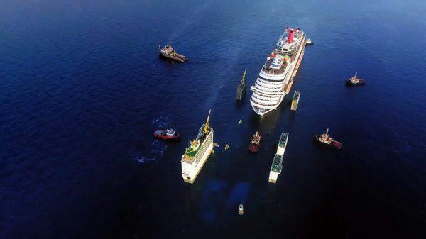 Zie hoe het Nederlandse Boskalis een cruiseschip optilt uit de zee