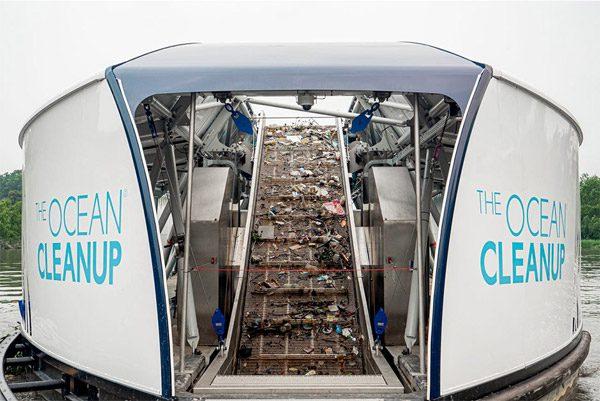 Interceptor: een inventieve catamaran die plastic uit rivieren vist