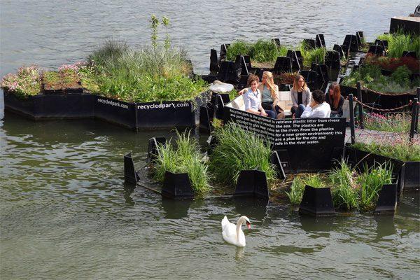 Nederlandse organisatie vist plastic uit de rivieren en bouwt er eilanden van