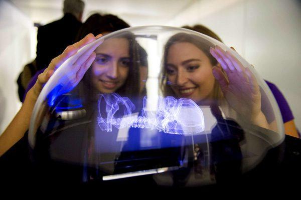 De hologame table uit Star Wars bestaat nu in het echt