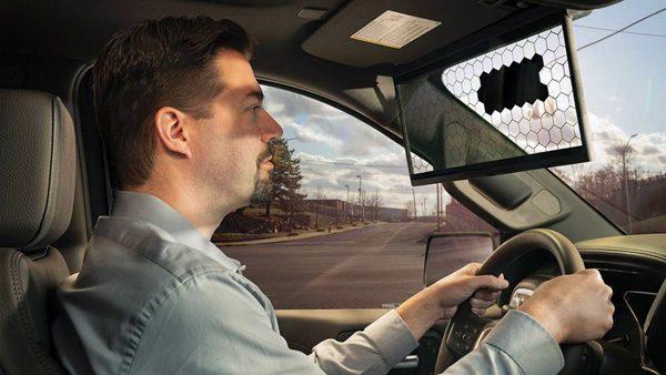 Zonneklep voor in de auto registreert wanneer de zon schijnt
