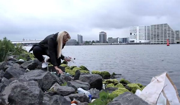 Great Bubble Barrier in Amsterdam voorkomt dat plastic de zee in stroomt