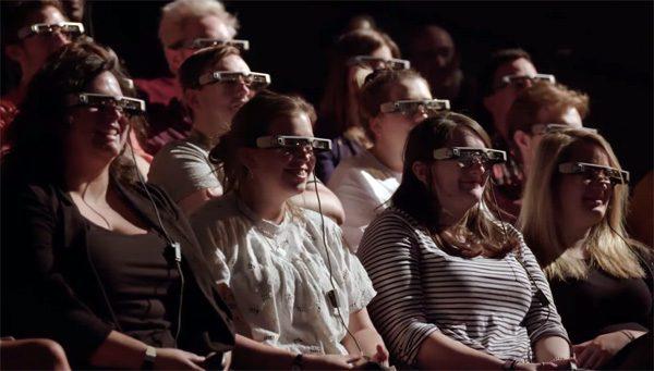 Deze vernuftige bril toont ondertiteling bij theatervoorstellingen