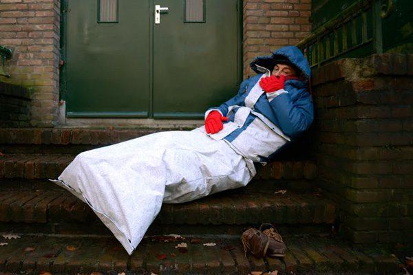 Sheltersuit: gerecycled pak voor daklozen inclusief slaapzak