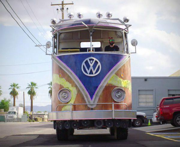 Een tot feestbus met 85 speakers omgebouwde klassieke Volkswagen
