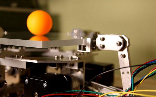 Octo-Bouncer: de robot die een tafeltennisbal oneindig in de lucht houdt