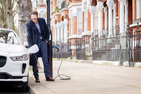 Straat in Londen heeft lantaarnpalen met opladers voor elektrische auto's
