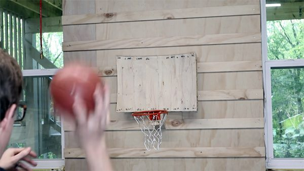 Dankzij fysica gaat de basketbal via dit bord altijd in de ring