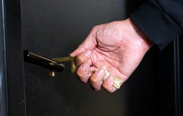 Hygiene Hand: een koperen sleutelhanger om deuren te openen