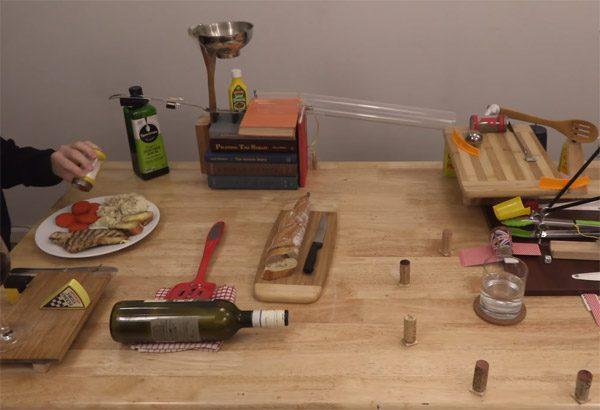 Rube Goldberg machine geeft op veilige afstand de peper aan