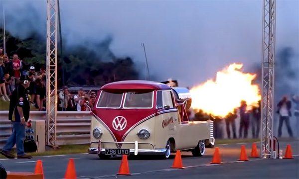 Een Volkswagen busje met een straalmotor