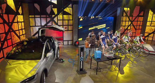 Deze Tesla Model X wordt opgeladen door negen fietsers