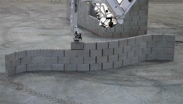 Razendsnelle robot bouwt in recordtempo een muur van bakstenen