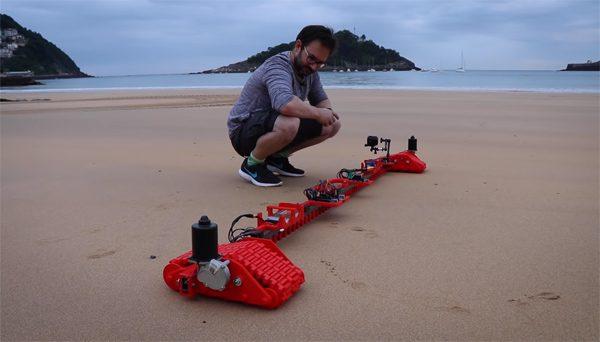 De nieuwe Sand Drawing Robot maakt enorme zandtekeningen