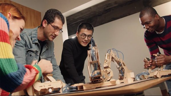Armpal: een robotarm van hout om spellen mee te spelen