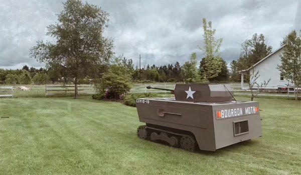 Verveelde timmerman bouwt grasmaaier om tot een tank