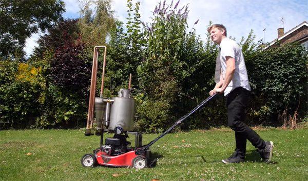 Colin Furze heeft een grasmaaier gebouwd die werkt op brandend hout