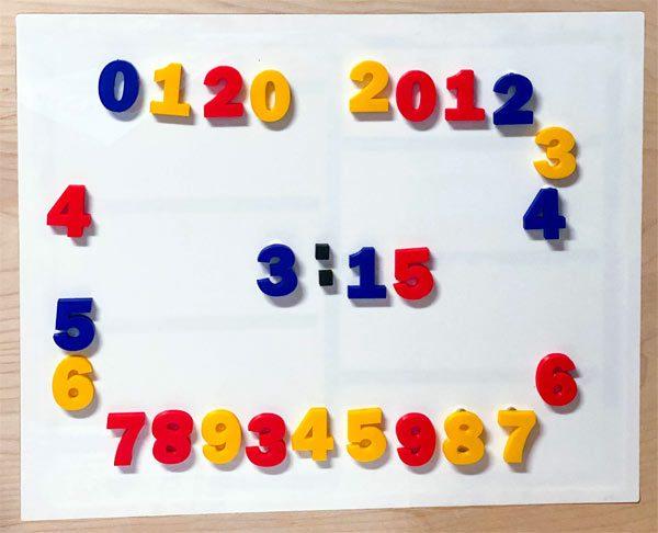 Bijzondere klok toont de tijd met magneten voor op de koelkast