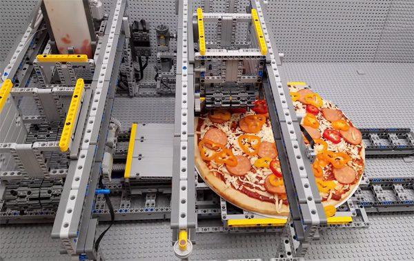 Deze LEGO-machine belegt pizza's met saus, kaas en andere toppings