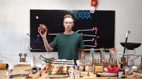 Complexe Rube Goldberg machine gooit een balletje in een netje