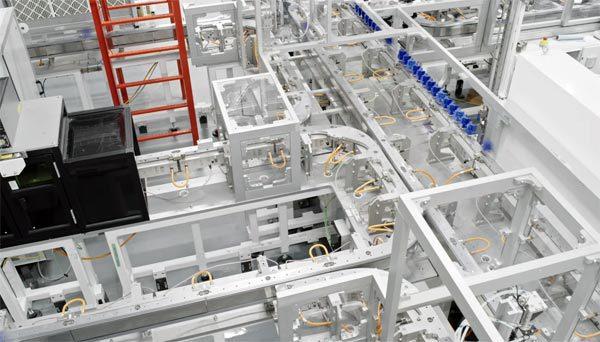 Hoe een robotfabriek in rap tempo accu's voor Tesla's maakt
