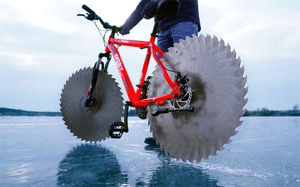 Fietsen op het ijs met zaagbladen als wielen