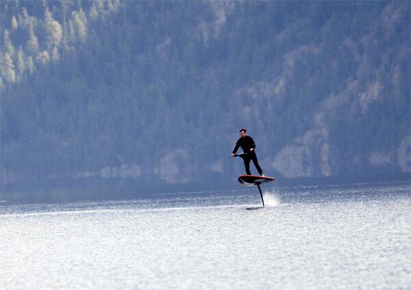 HydroFlyer: een elektrische surfplank met een draagvleugel