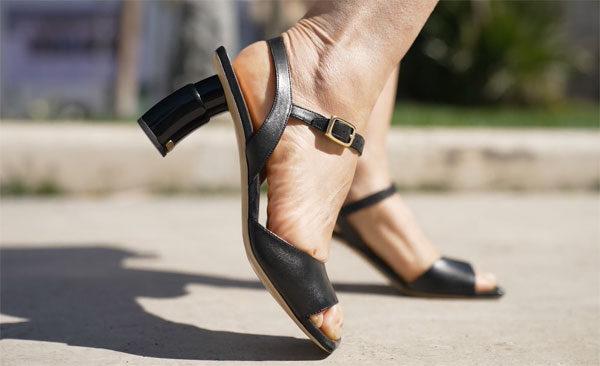 Deze schoenen zijn voorzien van uitschuifbare hoge hakken